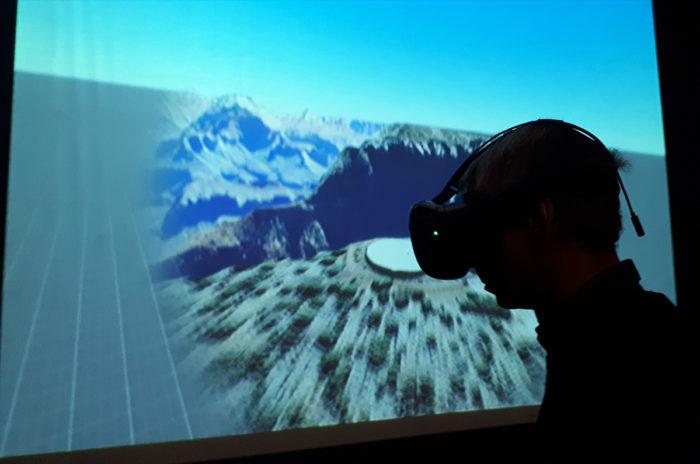 Annie portant le casque de réalité virtuelle