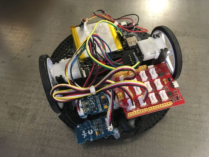 vue dessus du robot roulant avec ses circuits électroniques
