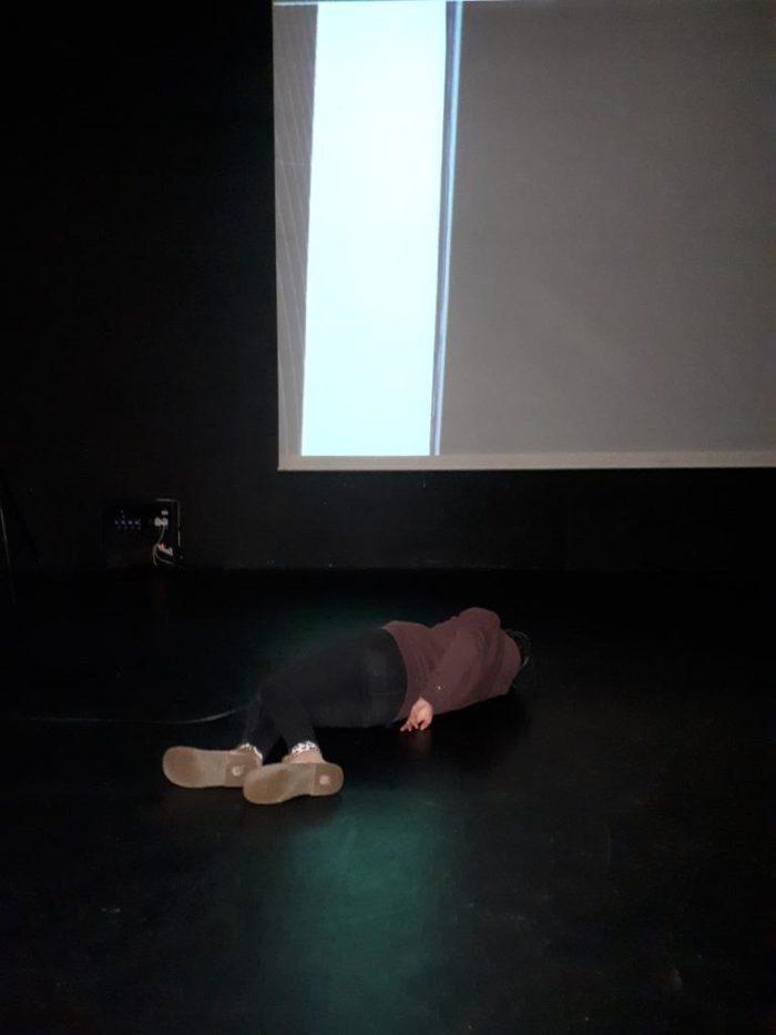 Une personne allongée au sol