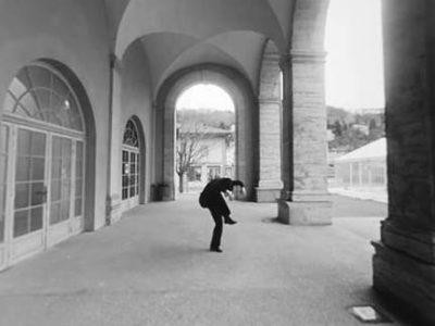 Natacha danse sous les arcades des Subsistances
