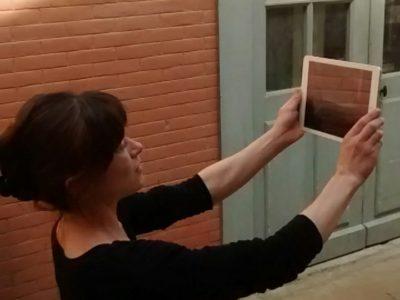Natacha Paquignon avec une tablette tactile