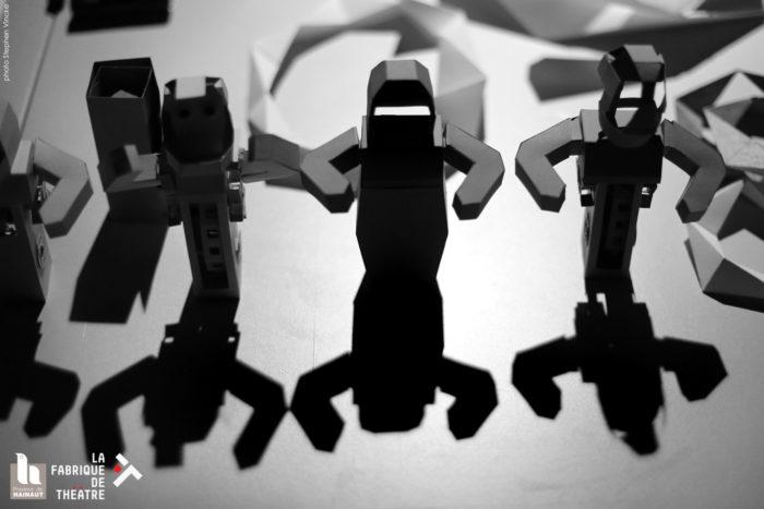 Des robots debouts sur le sol