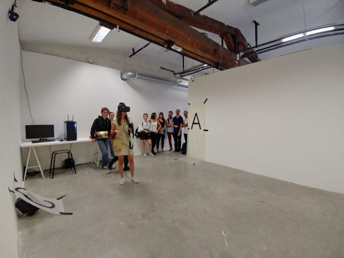 Des personnes en attente de porter le casque de réalité virtuelle