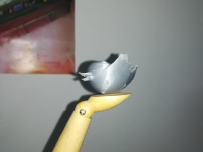 L'oiseau de Twitter imprimé en 3D posé sur la main d'une marionette