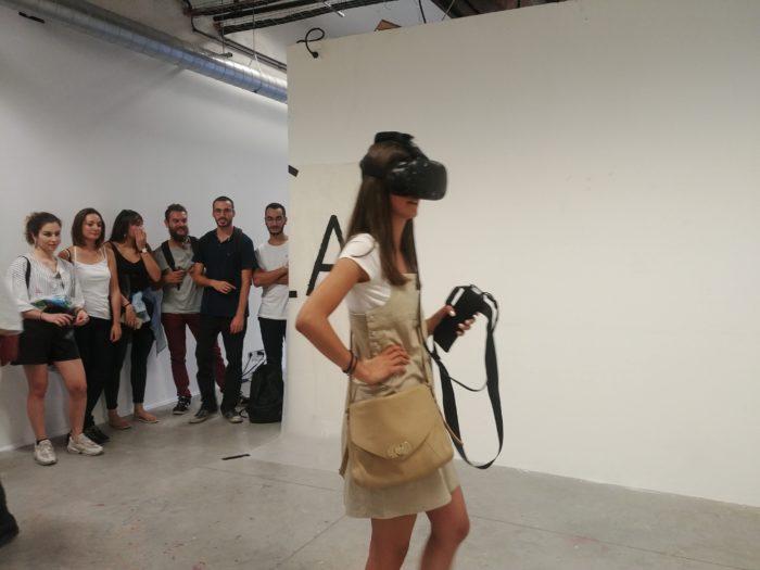 Une femme porte le casque de réalité virtuelle
