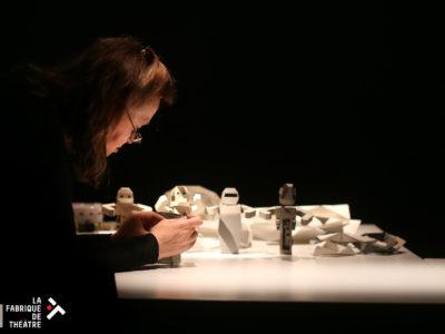Portrait de Catherine penchée sur des robots