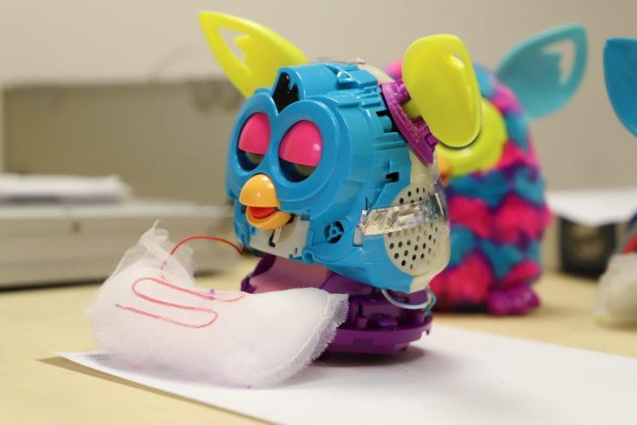 Un Furby désossé sur la table