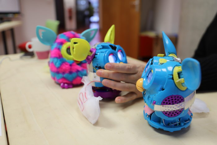 Trois Furbys sur une table