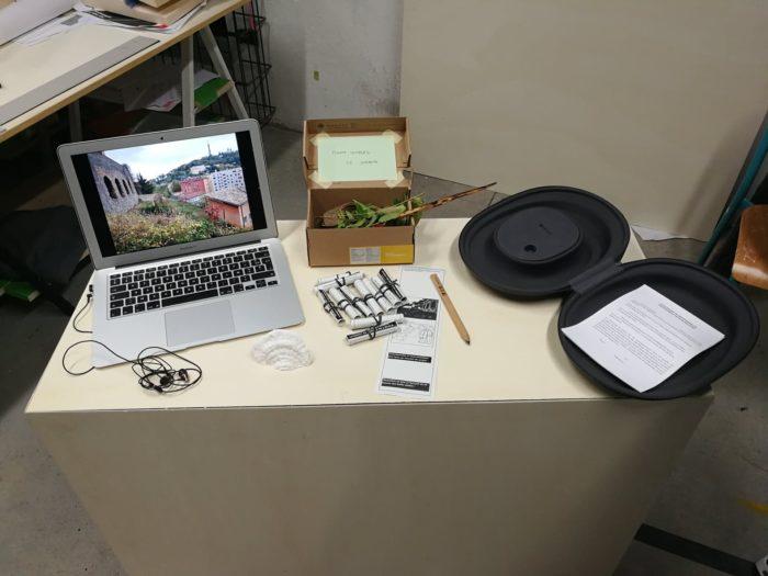 Table de recherche avec un ordinateur, des documents papier et le casque Hololens