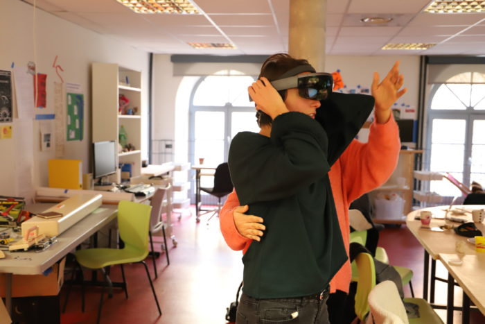 Ariane aide Elisa à lancer le casque Hololens