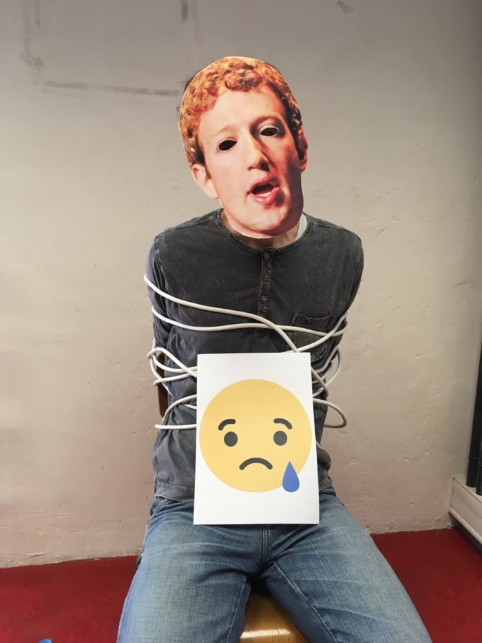 Mark Zuckerberg ligoté sur une chaise avec un emoji triste