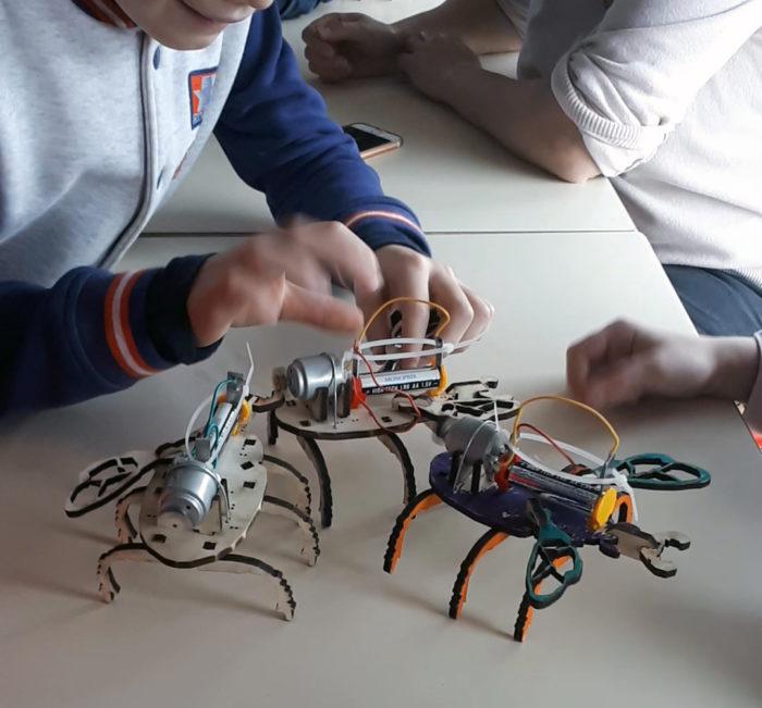 Des enfants construisent des robots insectes