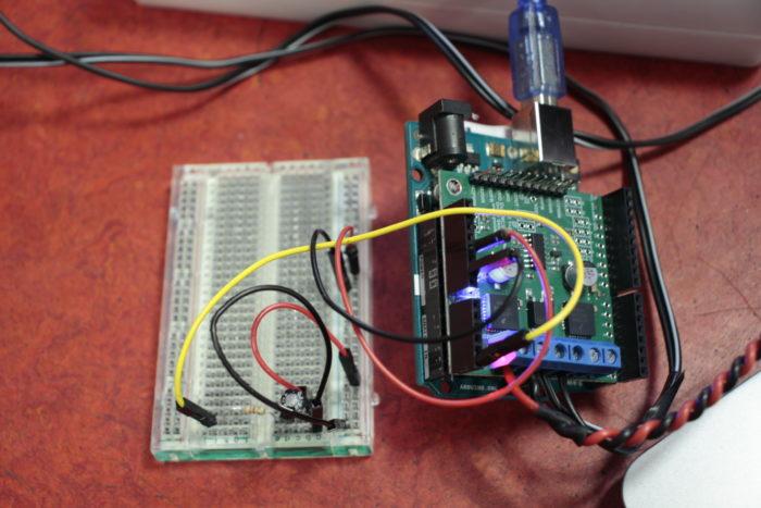 Une carte Arduino branchée à un capteur de température