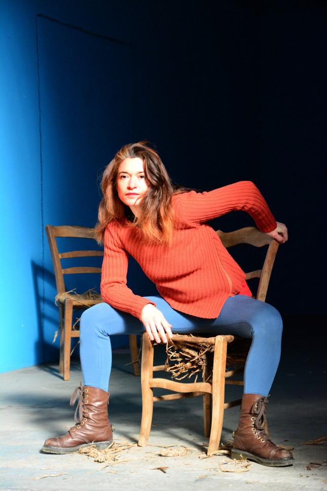 Natacha Paquignon de face, assise sur une chaise en paille