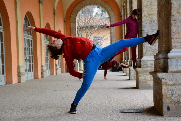 Une danseuse en action sous les arcades des Subsistances