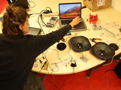 Lise en train de travailler sur un bureau avec des éléments électroniques