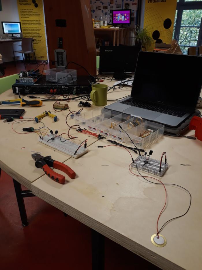 Un bureau avec des outils, un ordinateur