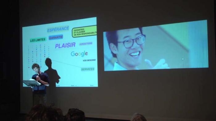 Raphaël devant la projection de deux écrans