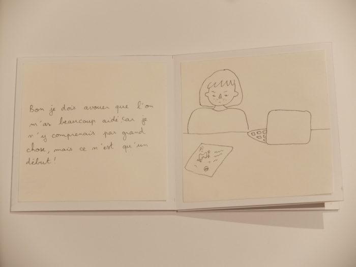 Pages intérieures d'un carnet : dessin de Clémence devant son ordinateur, les bras ballants