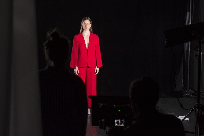 Une femme habillée en rouge pendant un shooting photo