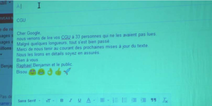 Un mail projeté sur un écran à l'attention de Google