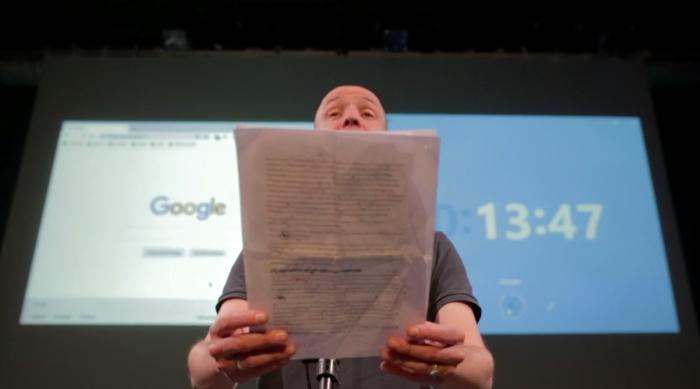 Benjamin Villemagne lisant une feuille devant un écran