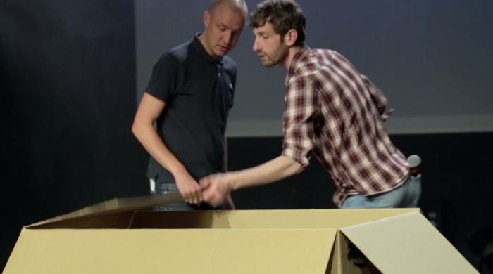 Raphaël et Benjamin ouvrent un immense carton de livraison Amazon