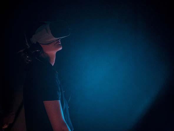 Une personne portant un casque de réalité virtuelle