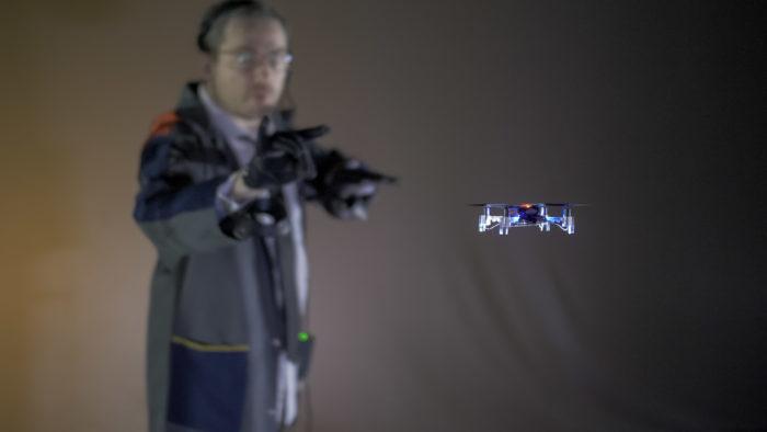 Antoine fait voler un drone par un geste de la main