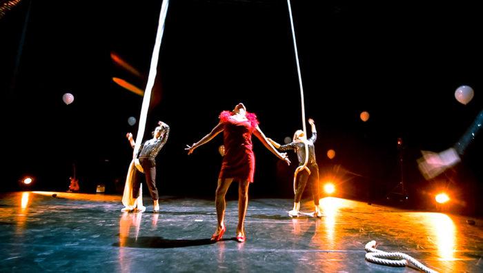 Sur scène, des artistes de cirque s'apprêtent à monter à la corde