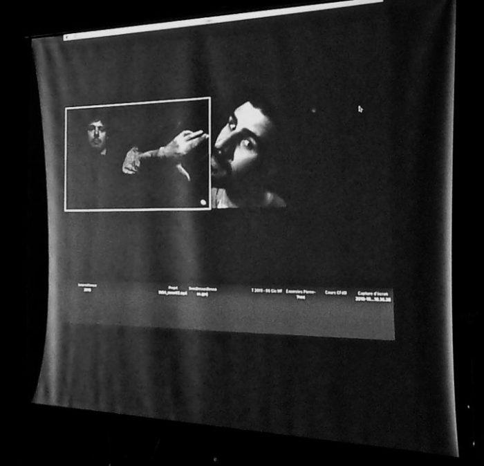 Deux personnes dans une image projetée sur écran interagissent à distance
