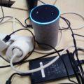 L'enceinte connectée Amazon Echo au milieu de câbles