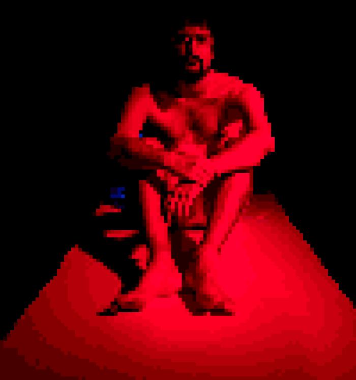 Un acteur assis, pixelisé